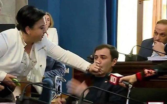Gürcüstan parlamentində qadın deputat kişi həmkarını vurdu
