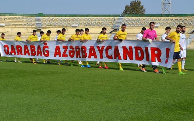 """Oyunda """"Qarabağ Azərbaycandır!"""" plakatı ilə çıxdılar"""