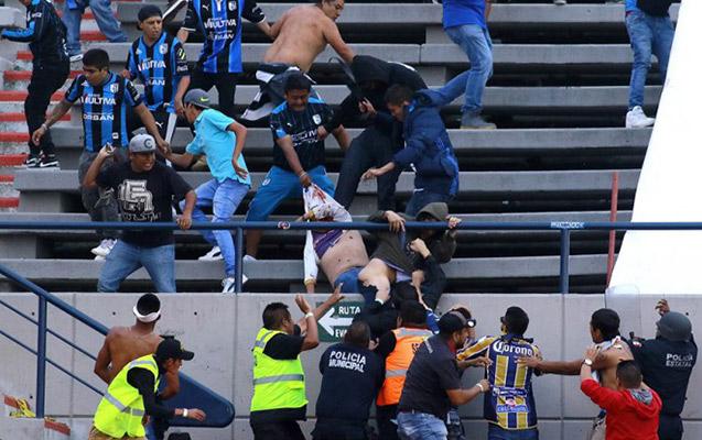 Azarkeşlər arasında dava düşdü, futbolçular meydandan qaçdı