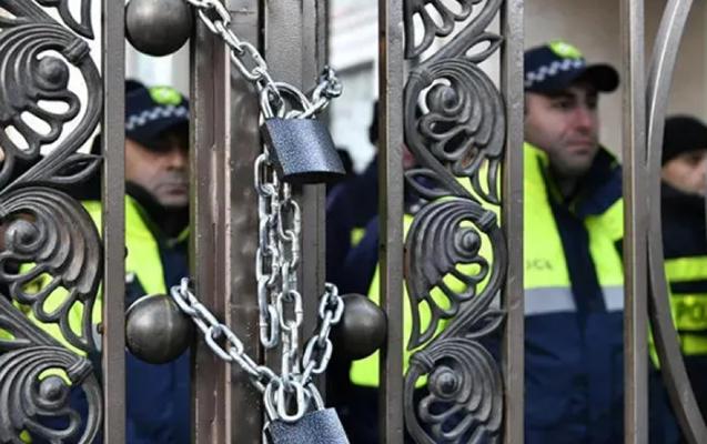 Gürcüstan müxalifəti parlament binasının giriş-çıxış qapılarını bağladı