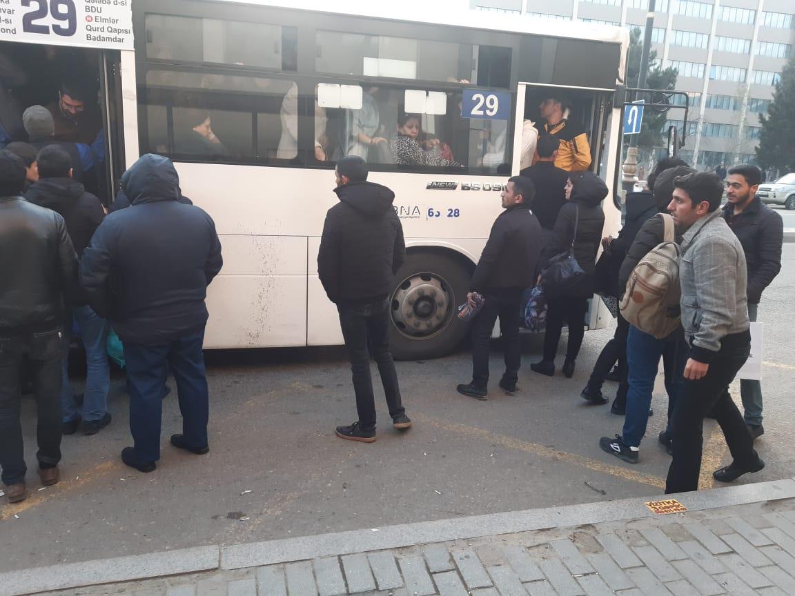 """""""İnsanlar qapısı açıq avtobusdan xəmir kimi daşırlar"""" - Fotolar"""