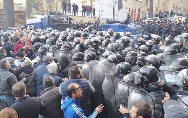 Gürcüstanda polis etirazçılara 30 dəqiqə vaxt verdi