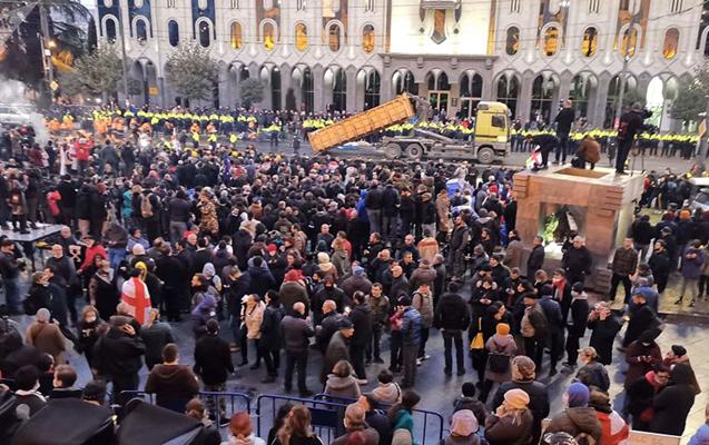Tbilisidə polislə etirazçılar arasında qarşıdurma