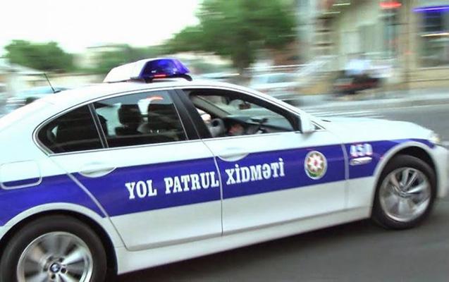 Xidmətdə olan yol polisini maşın vurdu