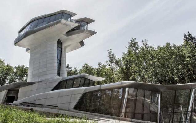 Məşhur milyarder model üçün tikdirdiyi villanı satışa çıxardı