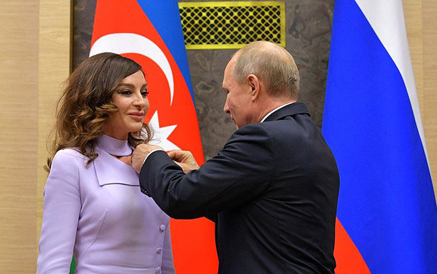 """Putin Mehriban Əliyevaya """"Dostluq"""" ordenini təqdim etdi"""