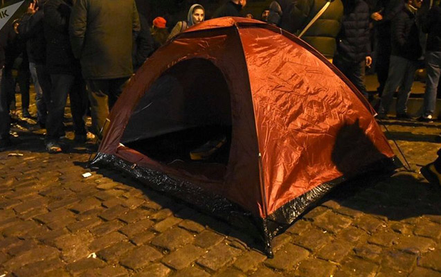 Tbilisidə parlament binası önünə çadır quruldu