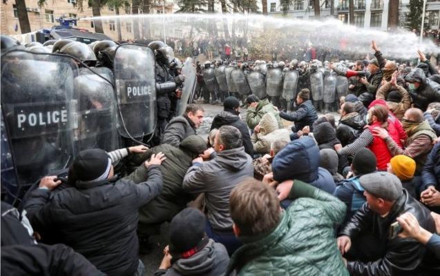 Tbilisidə polis etirazçılara qarşı su şırnağı tətbiq etdi, 20 nəfər saxlanıldı