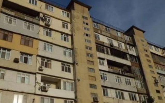 2 yaşlı uşaq hündürmərtəbəli binadan yıxılıb