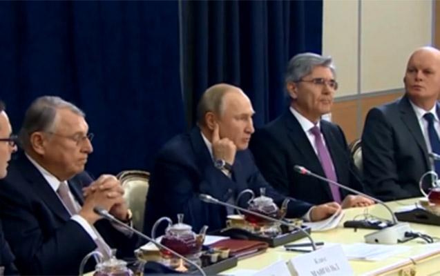 Tərcümə aparatı işləmədi, Putin almanca danışmağa başladı