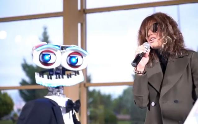 Röya robotla mahnı oxudu