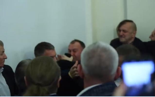 Ukraynalı deputatlar bir-birini yumruqladı