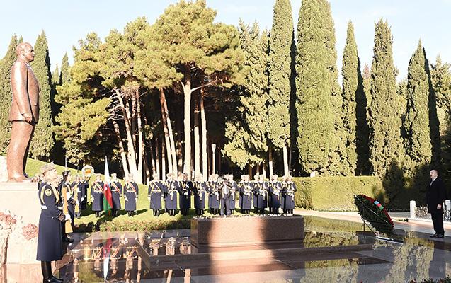 Prezident Heydər Əliyevin məzarını ziyarət etdi