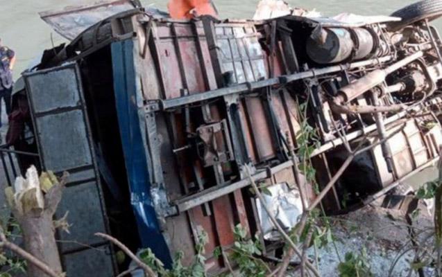 Nepalda zəvvarları daşıyan avtobus aşdı