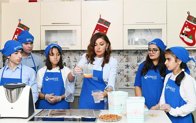 Mehriban Əliyeva uşaqlar üçün tort bişirdi - Fotolar
