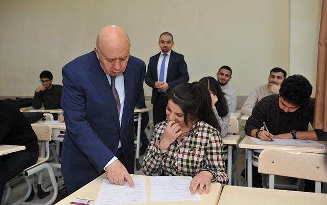 BMU-nun rektoru imtahanların gedişini izlədi