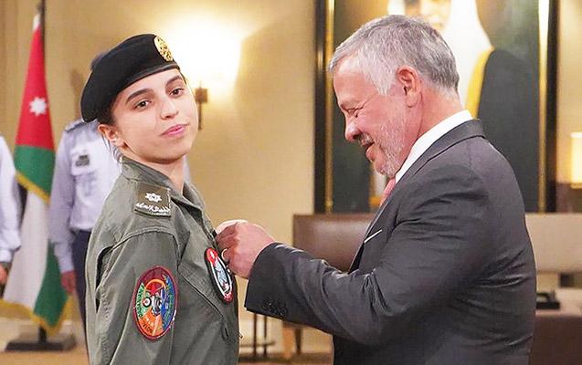 Kralın 19 yaşlı qızı ölkənin ilk qadın-pilotu oldu