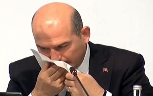 Canlı yayımda Türkiyə DİN rəhbərinin başına iş gəldi