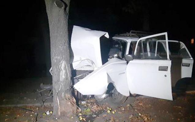 """Maştağada """"Moskviç""""ini ağaca vuran sürücü öldü"""