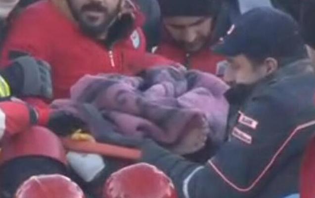 Zəlzələdən 5 saat sonra 12 yaşlı uşaq xilas edildi