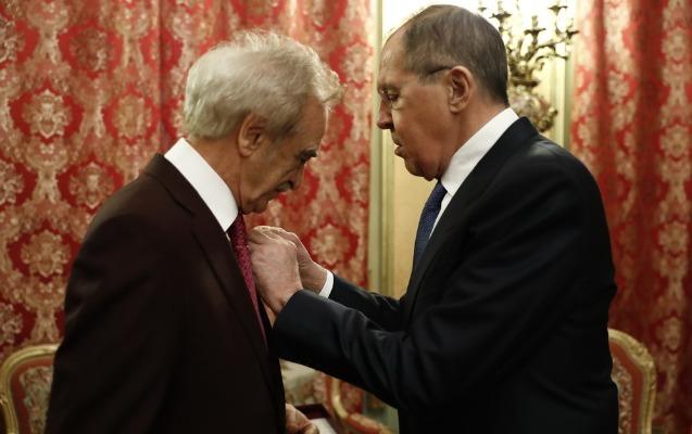 Lavrov Putinin Fəxri Fərmanını Bülbüloğluna təqdim etdi