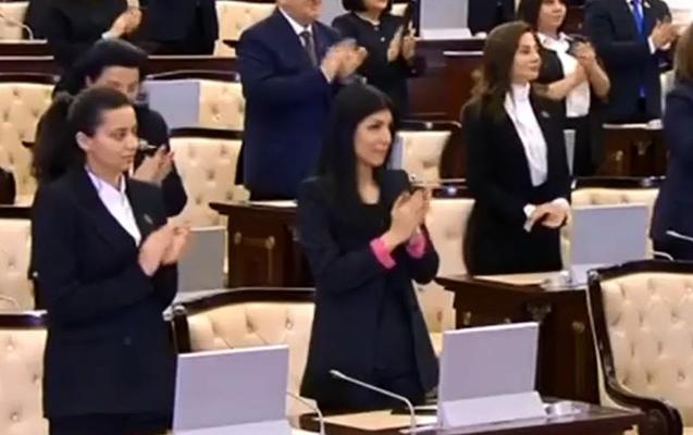 Yanaşı əyləşən yeni deputatlar...