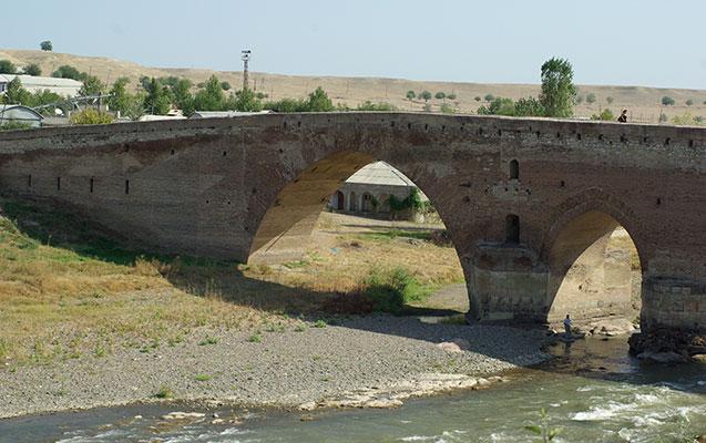 """""""Sınıq Körpü"""" məntəqəsindən keçid saatı azaldıldı"""