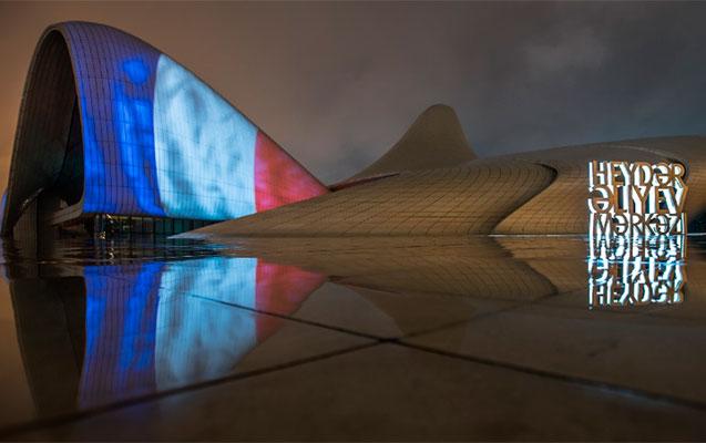 Bu gecə Fransa bayrağı videoproyeksiya olundu