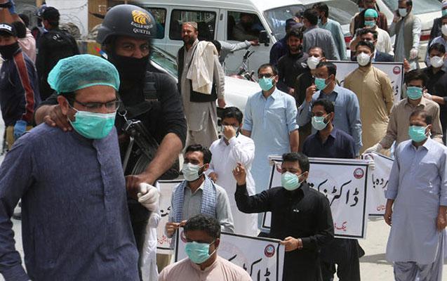 Pakistanda etiraz edən 67 həkim saxlanıldı