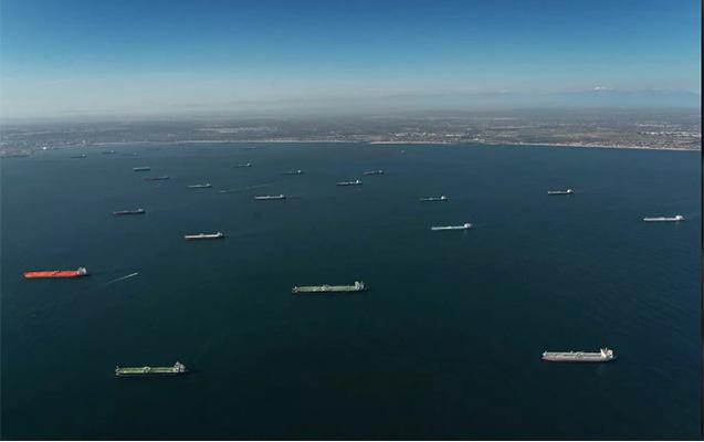 ABŞ sahilləri neft tankerləri ilə doldu