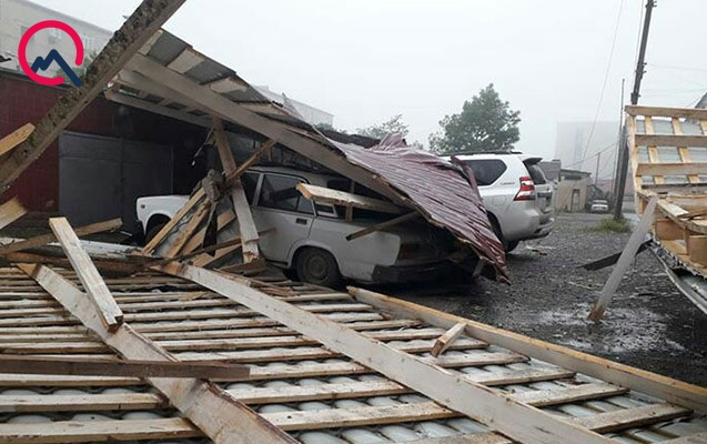 Qubada güclü külək yaşayış binasının damını uçurdu