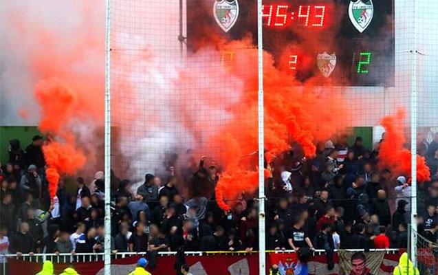 Azarkeşlər stadiona buraxıldı, sosial məsafəyə əməl etmədilər