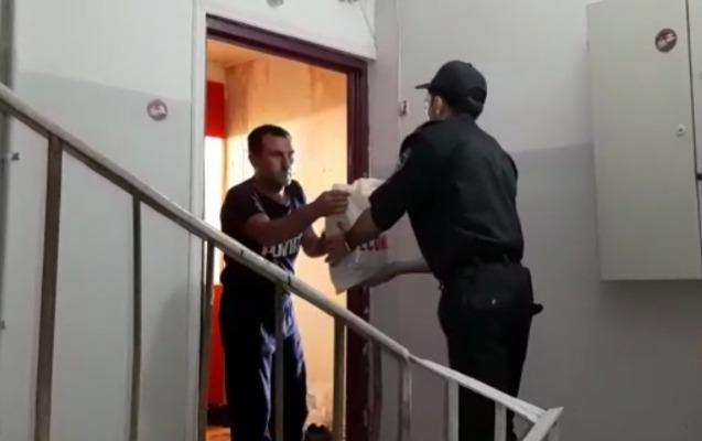 Polis ehtiyacı olana çörək apardı - Video