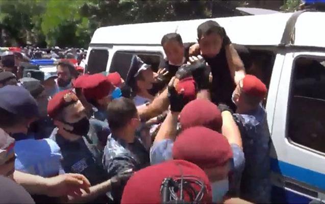Ermənistanda polis deputatlara güc tətbiq etdi, xəsarət alanlar var