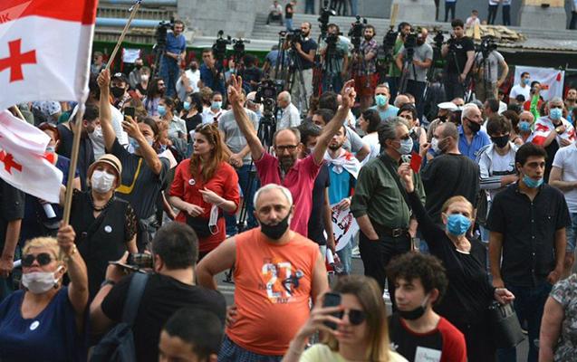 Tbilisidə parlament binası önündə aksiya keçirilir