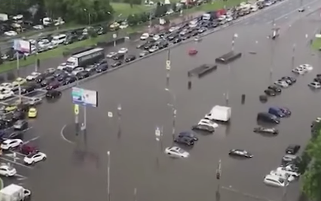 Moskva küçələri su altında qaldı - Video