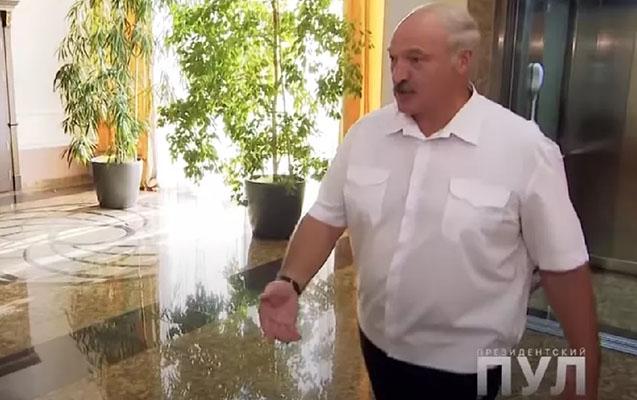 Lukaşenko müsahibəyə ayaqqabısız gəldi - Video