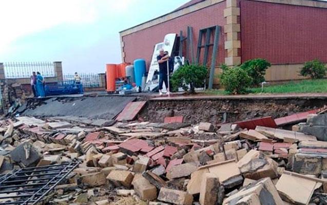 Yağış xəstəxananın hasarını uçurdu