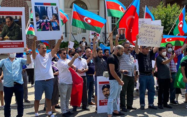 Azərbaycanlılar ABŞ-dakı erməni səfirliyinin qarşısında etiraz edib