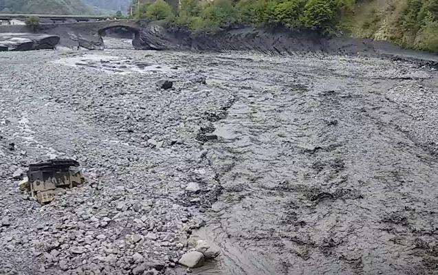 Qaxda maşınla buldozeri sel apardı - Video