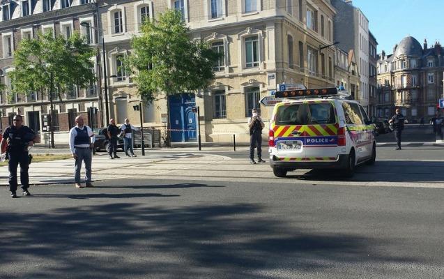Fransada bir neçə nəfəri girov götürən polisə təslim oldu + Video