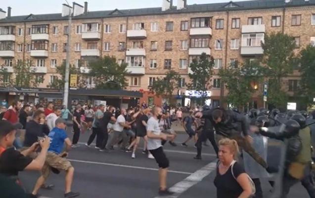 Belarusun 2 şəhərində OMON-çularla etirazçılar arasında toqquşmalar