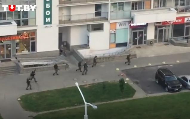 Minskdə OMON insanlara atəş açdı