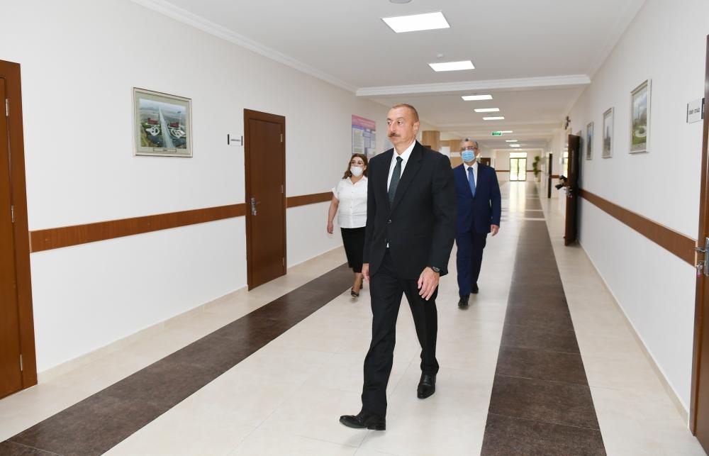 Prezident məktəbdəki təmir işləri ilə tanış olub - Fotolar