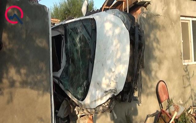 Goranboyda maşın kafeyə çırpıldı, sürücü öldü