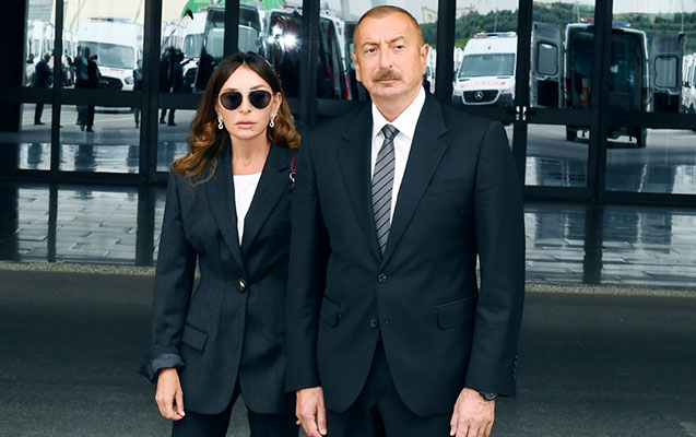Prezidentlə xanımı yeni gətirilən təcili yardım maşınları ilə tanış oldu