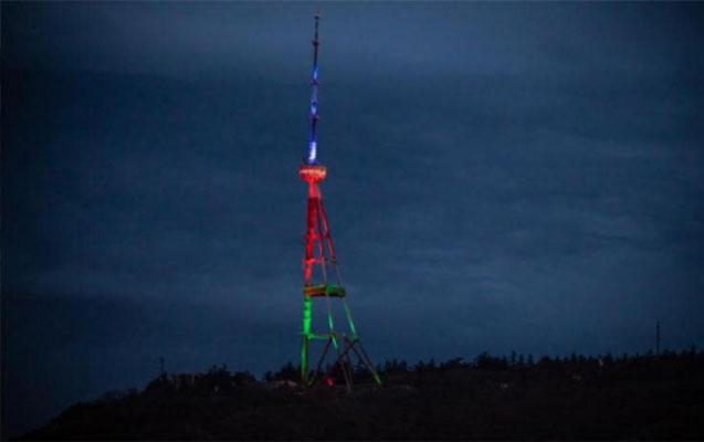 Tbilisidəki televiziya qülləsi Azərbaycan bayrağının rəngində