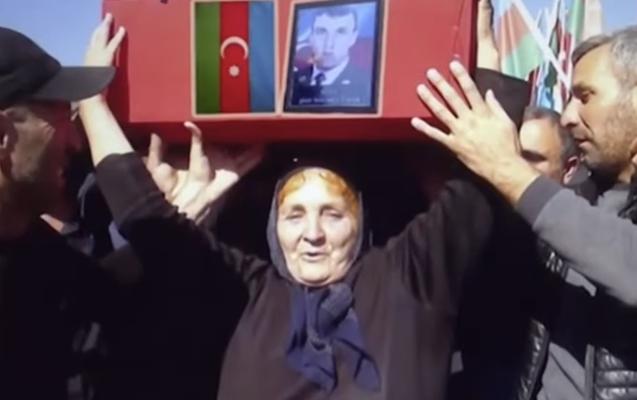"""""""Cavidin tabutu gələndə dedim ki, çiynimə qoyun"""" - Məşhur fotodakı şəhid anası+Video"""