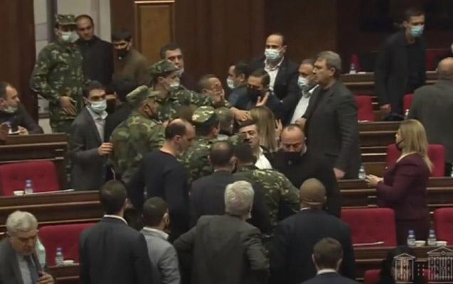 Ermənistanda deputatlar arasında dava düşdü