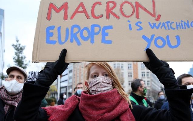 Brüsseldə Makronun istefası tələbi ilə aksiya keçirilib